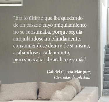 Adhesivo con un extracto de una de las obras clave del autor colombiano Gabriel García Márquez.