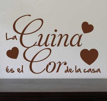 Remarca cuál es el verdadero corazón de tu hogar con este bonito texto adhesivo en catalán.