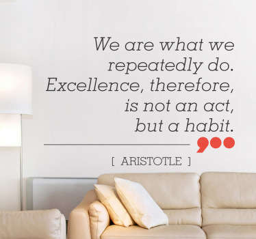 "Wall sticker decorativo che raffigura la frase ""We are what we repeatedly do. Excellence, therefore, is not an act, but a habit"", di Aristotele."