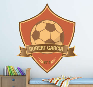 Adhesivo decorativo infantil ideal para los niños entusiastas del fútbol. Personaliza este escudo en el que aparece un balón y el año personalizado.