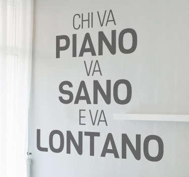 Frase típica italiana en un original adhesivo que no deja de ser una oda a la paciencia.