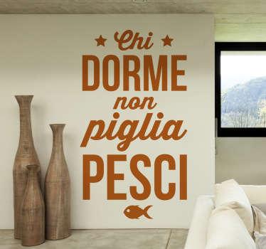 Adesivo murale con il noto proverbio che incita a condurre una vita attiva e produttiva. Perfetto per decorare le pareti della camera da letto.