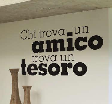 Adesivo murale che riporta il noto proverbio popolare che loda l'amicizia. Una decorazione originale per le pareti del soggiorno.