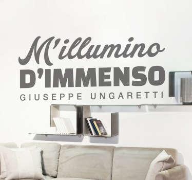 Adesivo murale che raffigura la celebre poesia di Giuseppe Ungaretti. Il poeta fu uno dei più grandi esponenti della corrente dell'ermetismo.
