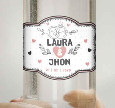 Autocollant de vodka de mariage magnifique et élégant, contient des fleurs ornementales, des  coeur, une bague de mariage et des détails de la cérémonie.
