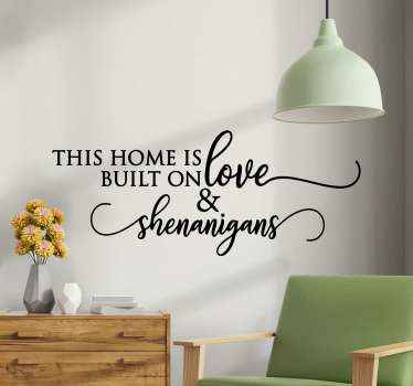 autocolante decorativo de vinil com texto para decorar a sua casa com um tom de mensagem. O texto diz 'esta casa foi construída sobre o amor e'. Fácil de aplicar e de qualidade.