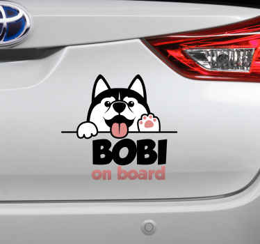 Mooi huisdier ontwerp met aanpasbare naam om te illustreren dat u uw hond in een voertuig vervoert. De hond aan boord met naam  is origineel en gemakkelijk aan te brengen.