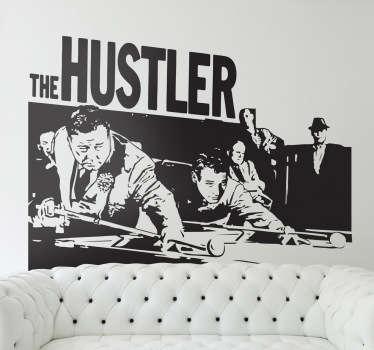 """Detallado vinilo decorativo para cinéfilos basado en la película """"The Hustler"""" con una escena característica. Los dos protagonistas se disponen a lanzar sus bolas mientras un atento público observa cómo evoluciona la partida de billar que se está celebrando."""