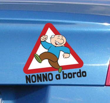 Applica questo simpatico adesivo al lunotto della tua automobile e fai sapere a tutti che in macchina viaggia anche tuo nonno.
