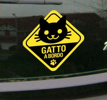 Decora il lunotto della tua auto con questo simpatico adesivo e fai sapere a tutti che a bordo con te c'è il tuo felino preferito.