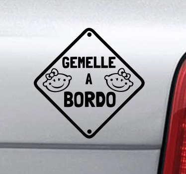 Hai delle gemelline? Viaggiano spesso in macchina con te? Fallo sapere a tutti decorando la tua automobile con questo simpatico adesivo.