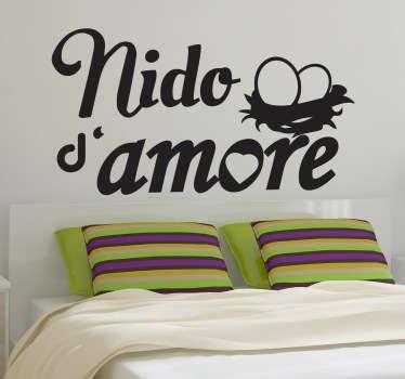 Decora la testiera del tuo letto con questo romantico adesivo e dai un tocco di originalità alla tua camera.