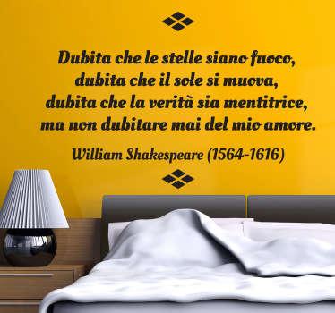 Adesivo murale che riporta una romantica frase di W. Shakespeare sull'amore. Ideale per decorare ilsoggiorno o la camera da letto.