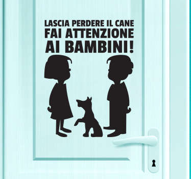 Decora la porta di casa con questo divertente adesivo e fai sapere a chiunque voglia entrare che il pericoloreale non è il cane, ma i bambini.