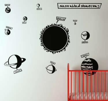 Twoje dziecko marzy aby zostać astronautą? Dzięki naszej naklejce dekoracyjnej przeniesie się w przestrzeń kosmiczną wypełnioną różnymi planetami.