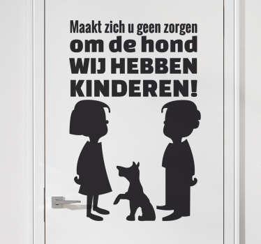 Muursticker met de afbeelding van twee kinderen en een hond met hierboven een tekst. Een originele en effectieve manier om inbrekers weg te jagen.