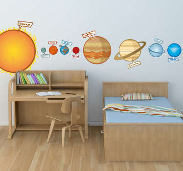 Dieses originelle Wandtattoo des Sonnensystems verschönert die Wand im Kinderzimmer und Ihre Kleinen lernen die Planeten kennen.