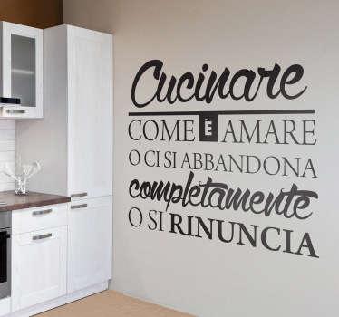 """Se ami cucinare, decora la tua casa con questo sticker con il testo. """"Cucinare è come amare. O ci si abbandona completamente o si rinuncia""""."""