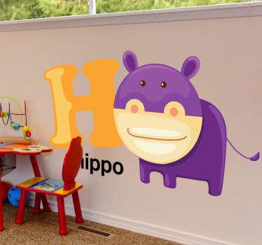 Deze muursticker kan u uw kinderen op een spelende manier het alfabet en het Engels leren. De H van Hippo- naast de H ziet u een paars nijlpaard.