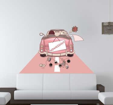 Oryginalna naklejka dekoracyjna przedstawiająca samochód ciągnący za sobą puszki oraz z wywieszoną tablicą Nowożency. Obrazek dostępny jest w różnych rozmiarach.
