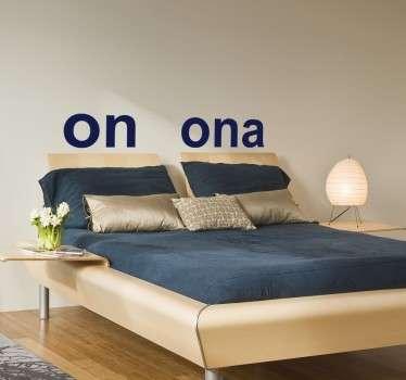 Oryginalna a zarazem prosta naklejka dekoracyjna zwierająca napis On i Ona. W łatwy i szybki sposób oznaczysz Swoje miejsce w łóżku.