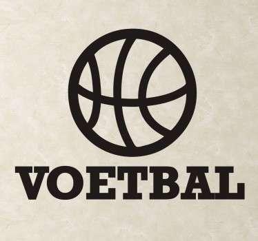 """Een leuke en grappige muursticker gevuld met ironie. Op deze wandsticker ziet u de afbeelding van een basketbal met hieronder de tekst """" Voetbal""""."""