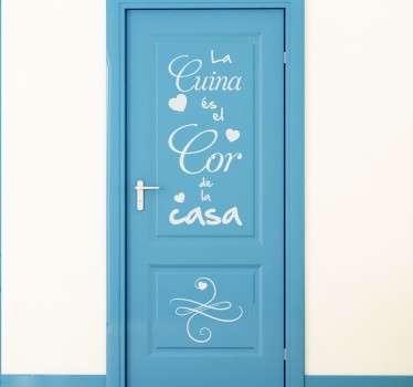 Adhesivo de texto ideal para decorar tu cocina con un texto en catalán. Puedes colocarlo en puertas de armario, la nevera o la puerta para darle un toque de originalidad a tu casa.