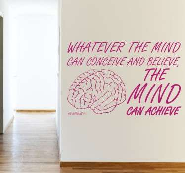 "Een muursticker met de tekst in het Engels van Napoleon Hill "" Whatever the mind can conceive and believe, the mind can achieve.""."