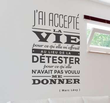 Prenez la vie avec philosophie en décorant votre intérieur avec cette jolie citation de Marc Lévy sur sticker.