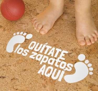 Indica a tus hijos o a tus invitados dónde deben descalzarse con este original adhesivo. Una manera divertida pero clara de marcar normas en casa.