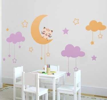 Autocolante decorativo para quarto infantil com uma ilustração divertida e colorida de um gatinho apoiado na lua num céu coberto de estrelas e nuvens.