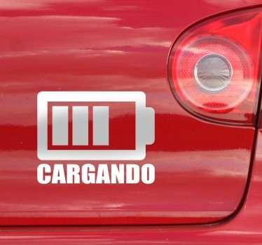 Dota tu coche con un toque de humor y carisma. Hazte con este vinilo decorativo simulando que tu coche se está cargando y a la vez mostrando que conduces un coche eléctrico..