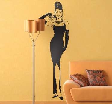 Vinilos decorativos para los amantes del cine clásico y apasionados en especial de Audrey Hepburn, la reconocidísima actriz americana protagonista de películas como Desayuno con Diamantes. De esta película y el cartel que la ilustraba ofrecemos un exclusivo retrato.