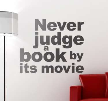 "Adesivo murale con il testo in inglese ""Never judge a book by its movie"" che significa ""Non giudicare un libro per il suo film""."