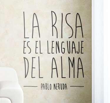 De nuestra colección de vinilos frases una cita célebre del famoso poeta chileno Pablo Neruda en la que se asegura que la sonrisa es el idioma de nuestro espíritu. Un mensaje positivo para los aficionados a la poesía y en particular de este autor americano.