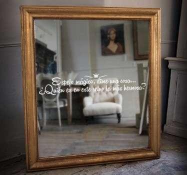 Vinilo decorativo para espejo pensado para los seguidores del fantástico cuento de Blancanieves con una de las frases más célebres de la leyenda.