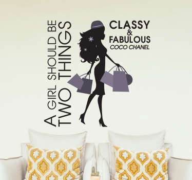 "Frase célebre en adhesivo decorativo para dar vida a cualquier estancia de tu hogar. ""A Girl Should Be Two Things, Classy and Fabulous"" es una frase de la magnífica diseñadora Coco Chanel."