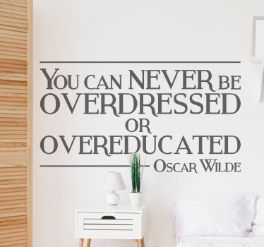 "Vinilo decorativo con una frase célebre del carismático Oscar Wilde ""You can never be overdressed or overeducated""."
