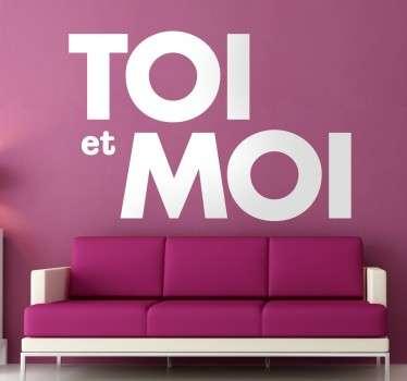 Donnez une touche romantique à votre décoration avec ce sticker Toi et Moi.