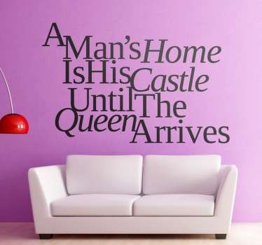 "Tekst muursticker met de grappige en leuke tekst ¨A man´s home is his castle, until the queen arrives"". Leuke tekst met een leuk lettertype!"