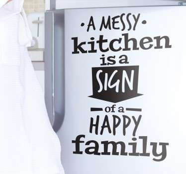 Sotkuinen keittiö onnellinen perhe tarra
