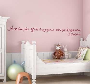 """Sticker texte """"Il est bien plus difficile de se juger soi-même que de juger autrui"""", citation tirée du célèbre roman Le Petit Prince, écrit par Antoine de Saint-Exupéry."""