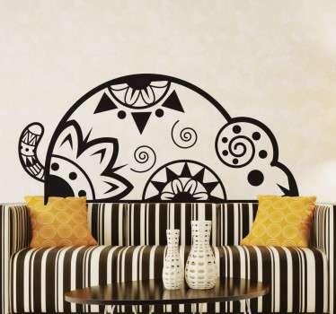 Pegatina decorativa de un ratón étnico ideal para decorar tu hogar de forma única y exclusiva con este diseño creado a partir de espirales, triángulos, redondas y motivos florales.