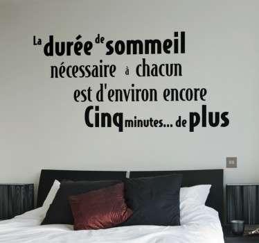 """Sticker texte """"La durée de sommeil nécessaire à chacun est d'environ encore cinq minutes de plus"""", citation amusante et idéale pour décorer les murs de votre chambre."""