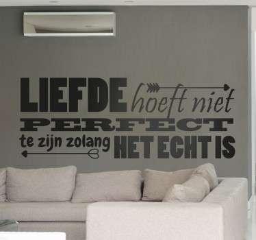 Op deze sticker staat ¨Liefde hoeft niet perfect te zijn zolang het echt is¨! Leuk om de slaapkamer meer romantiek te geven.