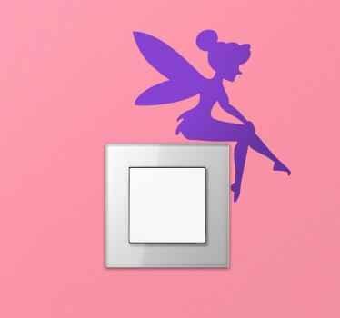 光のスイッチのステッカーに座っている妖精