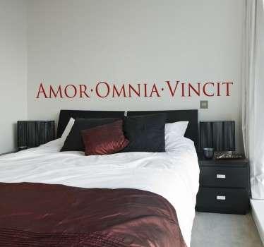Vinil decorativo em latim amor vence tudo