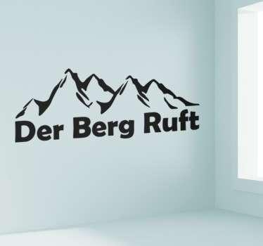 """Dekoratives Wandtattoo von einer Bergkette mit dem Satz """"Der Berg Ruft""""."""