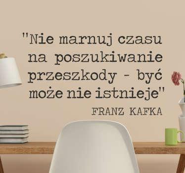Naklejka na ścianę z cytatem od Franza Kafki, literata niemieckiego pochodzenia żydowskiego. Naklejka, która zmotywuje do nie przejmowania się.