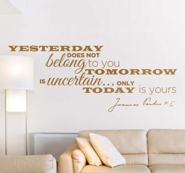 Vinil decorativo com frase motivacional: 'Yesterday does not belong to you, tomorrow is uncertain... only today is yours'